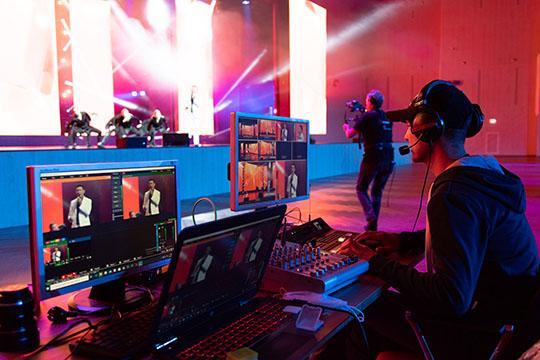 Трансляцию церемонии врежиме реального времени тысячи зрителей наблюдали вэфире телеканала ТМТВ инаYoutube-канале