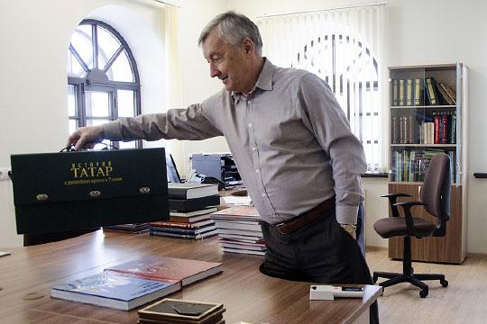 В период становления института статус, известность и популярность Хакимова давали существенные преференции, позволяли устанавливать широкие международные и российские связи
