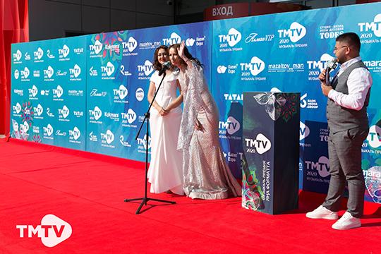 Началось дефиле по красной дорожки с пока что мало знакомых широкой публике певиц Zarga и Eva Richie (справа)