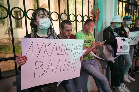 «Оппозиция предлагает превращение в Северную Молдавию. Рабочие ведь бастуют, за небольшим исключением, не потому, что они такие прогрессивные, а потому, что директор хочет приватизировать»