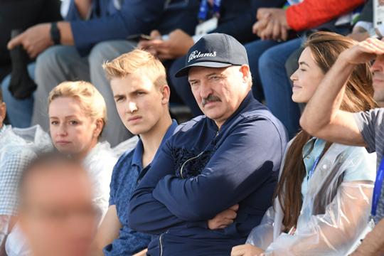 «Один из тупиков белорусской государственности — политический, потому что ни один белорус Николая Лукашенко (слева от Александра Лукашенко) президентом не признает»