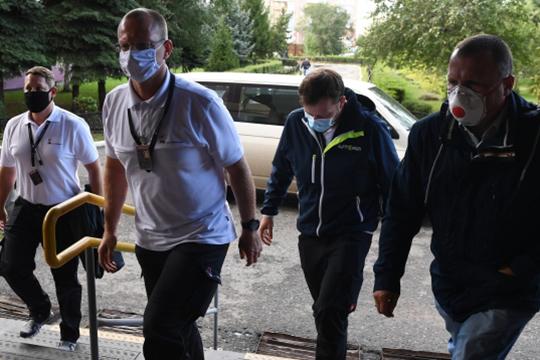 Немецких врачей, прибывших медицинским бортом вОмск, пустили вбольницу скорой помощи, где находится господин Навальный, однако «где они сейчас искем общаются, мынезнаем»,—написалавсвоем Twitter пресс-секретарь политикаКира Ярмыш