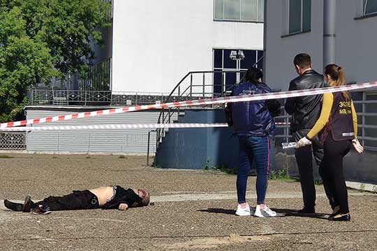Тело Насырова обнаружили рано утром 19 августа. Убитый лежал у входа в офисное здание на Яхина, 4б
