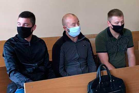 Сегодня в Вахитовском районном суде Казани рассмотрели ходатайство об избрании меры пресечения в отношении Дамира Галяутдинова (в центре), обвиняемого в убийстве охранника ЧОП «Шанс» Шамиля Насырова