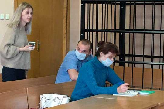 ГосзащитникСулейманова (справа), отметила наличие постоянного места жительства вКазани идвоих детей у обвиняемого. Также она сделала акцент натом, что ееподзащитный оборонялся изащищал собственную семью