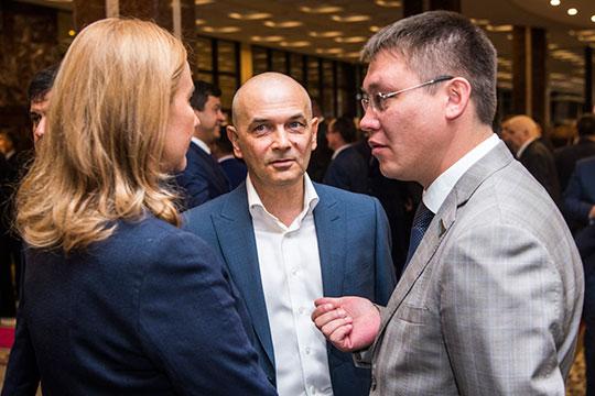 Директор Камаловского театра Ильфир Якупов (справа) в 2019 году заработал 2,9 млн рублей. Главный режиссер театра Фарид Бикчантаев (в центре) задекларировал доход в 3,6 млн рублей