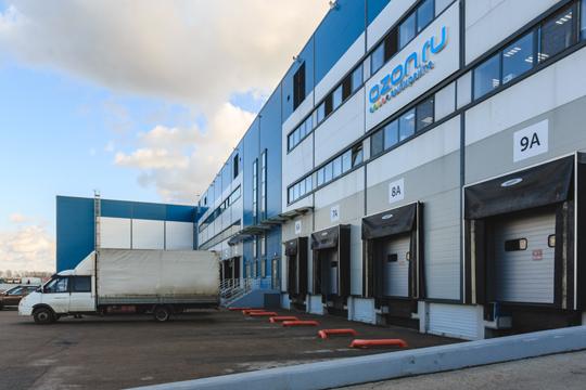 Недавно стало известно, что Казань может стать одним из первых городов-миллионников, где Ozon откроет формат dark store — продуктовый склад площадью до 2,5 тыс. «квадратов», откуда онлайн-заказы будут развозить за 40 минут