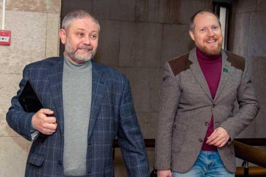 С уходом Сергея Яковлева (справа), который вел яростную войну с властями города, горсовет и стал унылым местом. Единственным, кто еще подкидывал дров в огонек на парламентских сессиях, был Владимир Васев (слева)