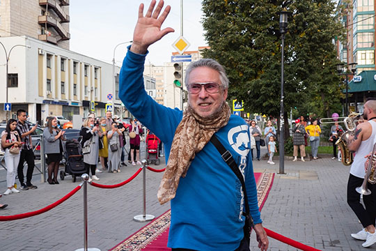 На дорожке стали появляться кинематографисты — первым смело ступил на красный ковер опытный драматург и сценарист Мансур Гилязов