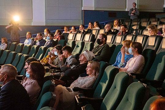 К 19:30 людей в зале прибавилось — они пришли посмотреть фильм «Сумбуль», билеты на который свободно продавались