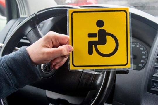 Ну, и напоследок — возможность бесплатной парковки, а также возможность оставлять авто под знаком «Парковка запрещена» и — в некоторых случаях — проезжать под «кирпич»