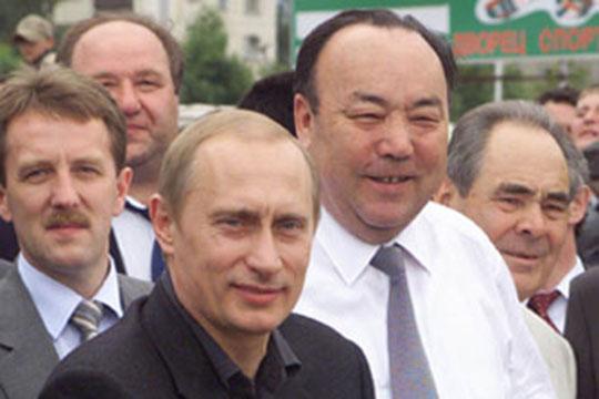 БОО «Башкорт» существует с 2014 года. Ее члены ставят своей целью борьбы за права и интересы башкирского народа, которые якобы стали ущемляться после отставки первого президента РБ Муртазы Рахимова (второй справа)