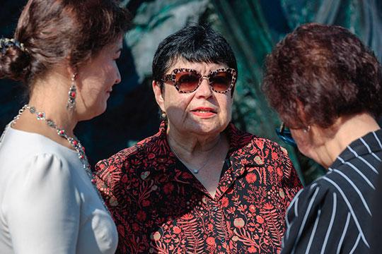 Альфия Мустаевна (в центре) сказала про своего отца, что тот свободно говорил на татарском и башкирском благодаря своему происхождению