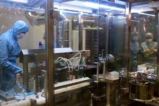 Производство первой в мире вакцины от COVID-19. Стоп-кадр с видео, предоставленного пресс-службой минздрава РФ