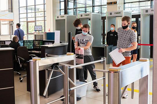 На входе в главное здание о начале учёбы говорит специальная установка, которая дистанционно измеряет температуру у входящих и фиксирует людей без масок