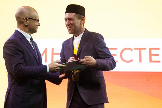 Этой чести был удостоен и выдающийся представитель Татарстана, председатель Совета НИБФ «Ярдэм», бывший заместитель муфтия РТ по социальным вопросам и благотворительности Илдар хазрат Баязитов