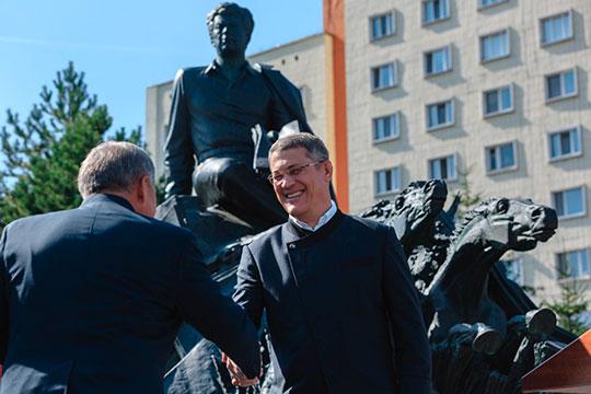 Один из источников «БИЗНЕС Online» приводит довольно неожиданную причину визита в Казань Хабирова. Якобы, он попросил татарстанского коллегу «замолвить словечко» за него в высоких московских кабинетах