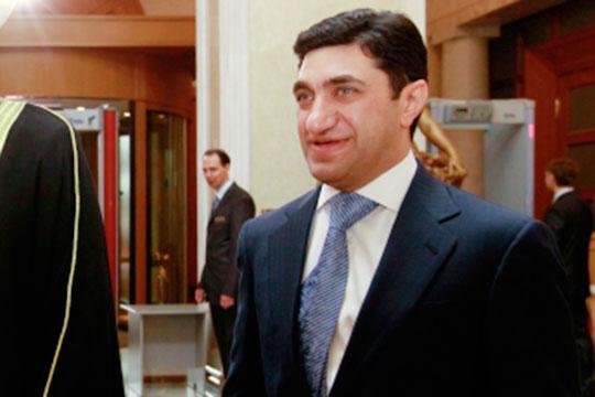 Канал «Бойлерная» пишет, что «Аль-Джазира» раскрыла данные о российских миллиардерах, получивших гражданство Кипра. В частности кипрский паспорт имеют Год Нисанов (на фото) и Зарах Илиев»