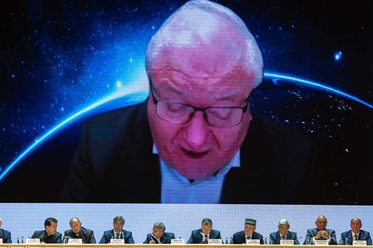 Знаменитый астрофизик Рашид Сюняев выступал через Zoom. Ученый сразу попросил прощения за то, что будет выступать на русском, и тут же объяснил: он родился и вырос в Ташкенте, где в 1930-е годы все татарские школы были закрыты