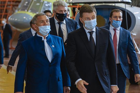 Почетные гости церемонии: Рустам Минниханов, Андрей Богинский, Дмитрий Лысогорский, Ильсур Метшин сходу направились к находящемуся на сборке Ми-38