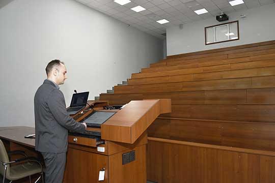 В КФУ теперь все лекции должны сопровождаться презентациями, которые будут транслироваться вовремя занятия ивMicrosoftTeams, иодновременно через проектор наэкран или стену