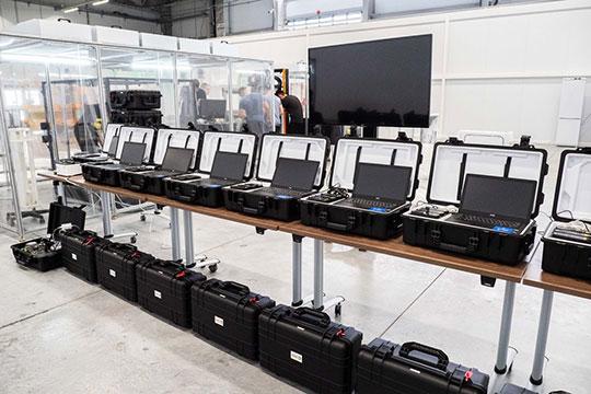 Заходим внутрь помещения — и сразу видим выстроенные в ряд готорые к продаже знаменитые «коронавирусные чемоданчики», засветившиеся в свое время на федеральных ТВ-каналах
