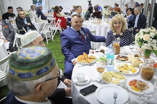 Кроме того, был и личный праздник отца-основателя новой общественной организации Рустэма Ямалеева. Руководителю «Штаба татар Москвы» 29 августа исполнилось 58 лет