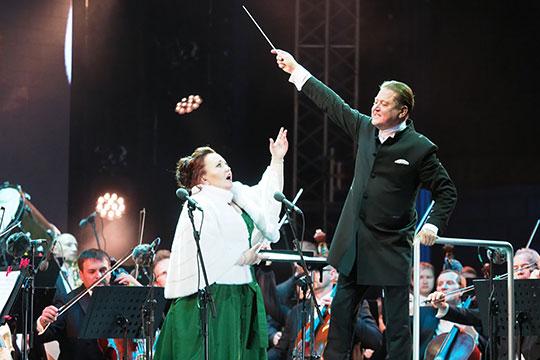 На сцену в изумрудном платье с меховой накидкой вышла Шагимуратова для исполнения болеро Елены из оперы «Сицилийская вечерня»