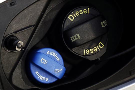 Карбамид «AdBlue» заливают вспециальныйбак. Раствор впрыскивается вотработанные газы автомобиля. Онвступает вреакцию стоксичным оксидом азота ипревращает его вбезвредные азот иводу