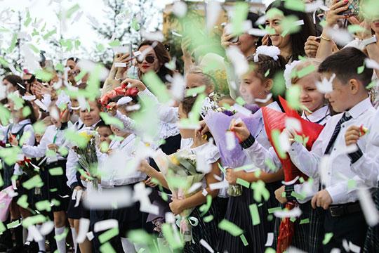На открытии в Казани новой полилингвальной школы №165 на ул. Бондаренко не было традиционного столпотворения первоклашек, провожать которых обычно приходят бабушки-дедушк