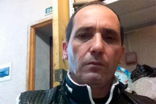 Чуть позже стала известна личность задержанного. Им оказался 54-летний житель Самарской области Араик Мирзоян. По данным СКР, он не имеет российского гражданства