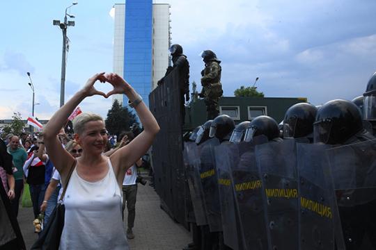 «Лукашенко четко провел черту: если девушки с цветами стоят вдоль дороги, то пусть стоят, кого-то оштрафуют, но немногих. Но кто приблизится к цепям милиции, ОМОНу… Думаю, приказ стрелять отдан»