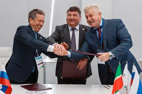Министр транспорта и дорожного хозяйства РТ Ленар Сафин (в центре) подписал соглашение с «Татнефтью» и КГАСУ о внедрении композитных материалов в дорожном строительстве