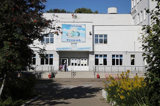 В Казани в большинстве школ, которые мы обошли, замеры температуры проходили внутри помещения, и очередей не было