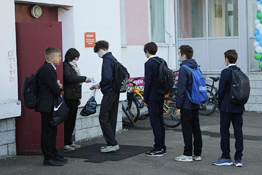 Лишь у входа в лицей №131 два учителя стояли у разных входов в здание, как охранники на фейс-контроле, и каждому ученику измеряли температуру — но и здесь очереди не превышали 10 человек