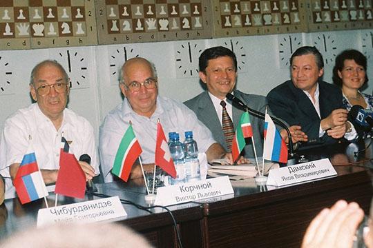 Слева направо: Виктор Корчной, Яков Дамский, Марат Бариев, Анатолий Карпов и Алиса Галлямова перед матчем Татарстан - Европа (на фото 2001 год)