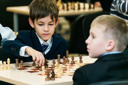 «Если ребёнок занимается шахматами два — три раза в неделю, серьёзных результатов никогда не будет. Чтобы развиваться, необходимо играть в сильных турнирах и ежедневно заниматься как минимум два — три часа»