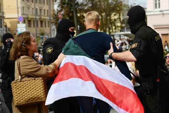 Уровень жизни вБеларуси ниже, чем вРоссии— поэтому участников протестных акций поощряли деньгами (водни руки, насколько известно выдавалась сумма, эквивалентная 2 тысячам российский рублей)