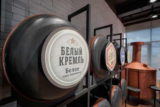 Пивзавод «Белый Кремль» — филиал АО «Татспиртпром», запустили в июле 2018 года. Инвестпроект обошелся ТСП в 5,6 млрд рублей, из которых 76,4% — кредит «Сбербанка», остальное — собственные средства компании
