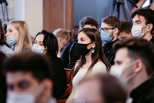 Пропускали на мероприятие только в масках, а Императорский зал вплоть до начала лекции неоднократно оглашался призывами надеть маски как полагается — строго на нос