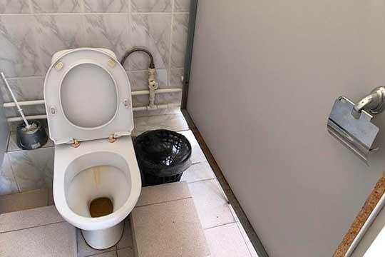 Привычные глазу унитазы есть в Институте химии, зато там меньше самих туалетов. Внутри, помимо писсуаров, стоят три унитаза с уже привычной ржавой дорожкой.