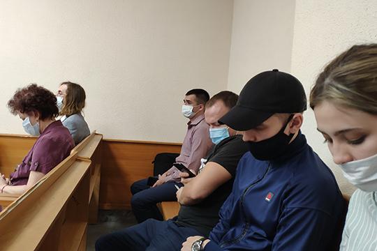 На скамье подсудимых оказались 56-летняя врач-офтальмолог Ирина Пантелеева (слева), а также двое ее предполагаемых соучастников — 35-летний предприниматель Ильнар Равилов (слева второй) и 28-летний фермер Рашат Мухарлямов