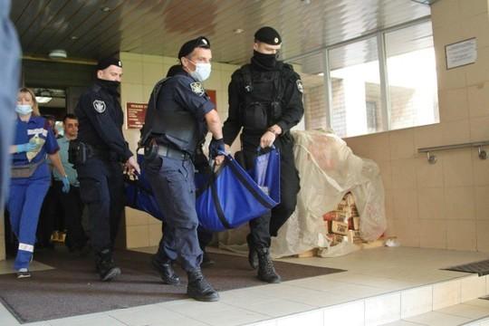 11 августа артист еле вышел из машины ФСИН, на которой его привезли, и передвигался с трудом. В зал суда конвоирам пришлось нести Ефремова на руках. Позже актера вынесли на носилках без сознания