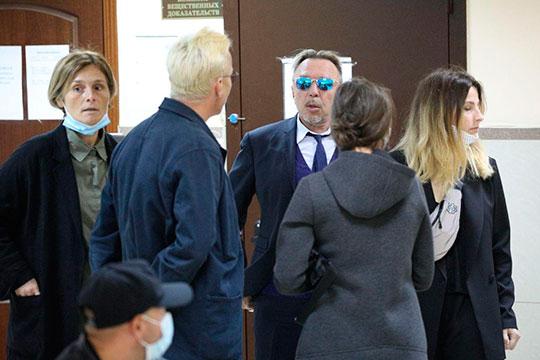 Внутри суда уже ждали заседания жена Ефремова Софья Кругликова, его друзья Гарик Сукачев и Иван Охлобыстин
