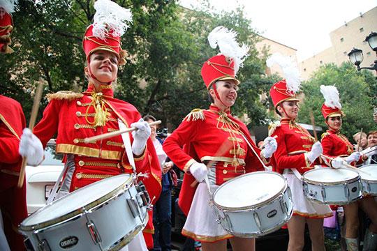 Торжество абсурда поддерживала группа молодых барабанщиц в парадной красной форме — они били в барабаны, выступая против Ефремова