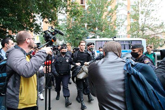Магов задержали и отправили в автозак. Один из полицейских распорядился изъять у них свечки и книги, чтобы они не подожгли автозак
