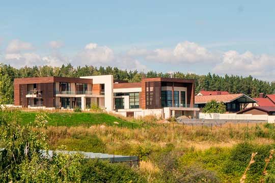 Дом настолько большой, что похож скорее надом культуры, чем надачную постройку