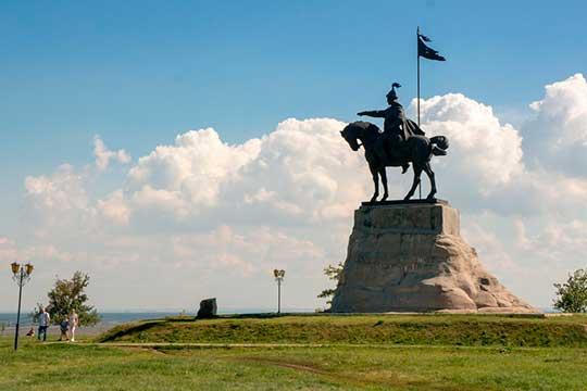 Памятник булгарскому хану Ибрагиму Iбен Мухамаду, который был воздвигнут к 1000-летию Елабуги, оказался натерритории дачного поселка. Как, впрочем, ивесь сквер Тысячелетия, окружающий монумент