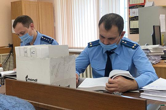 За два судебных дня (каждое заседание длилось около 2,5 часов) гособвинители из прокуратуры РТ Динар Чуркин и Руслан Губаев зачитали 15 томов