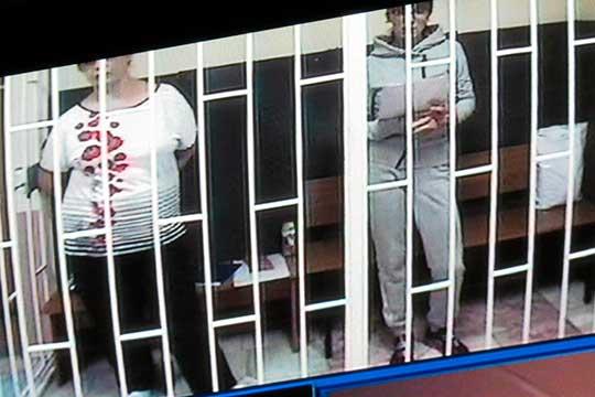 СИЗО-2 подключили только около 11 часовдня. Вкомнату изолятора вошли две женщины— это Марина Халиуллина (слева) иэкс-бухгалтерВероника Мирзагялямова, также получившая реальный срок
